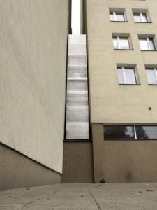 1351898665-dom-kereta-od-dolufottycjangniewpodskarbinski-copyright-fundacjapolskiejsztukinowoczesnej-375x500